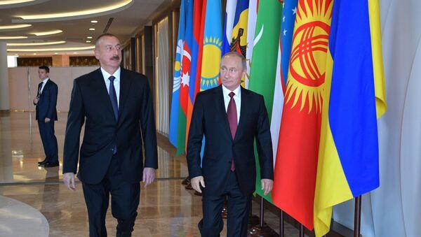 Президент РФ Владимир Путин и президент Азербайджана Ильхам Алиев перед началом заседания Совета глав государств СНГ в Сочи, 11 октября 2017 года - Sputnik Азербайджан