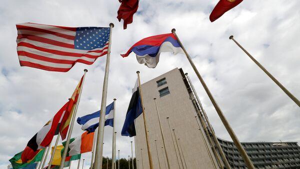 UNESCO-nun Parisdəki mənzil-qərargahı qarşısında ABŞ bayrağı, 12 oktyabr 2017-ci il - Sputnik Azərbaycan