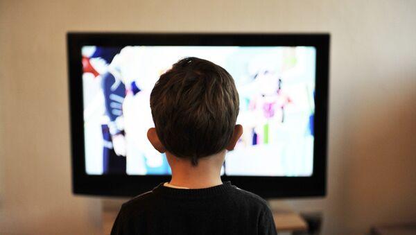 Televizor qarşısında uşaq - Sputnik Azərbaycan
