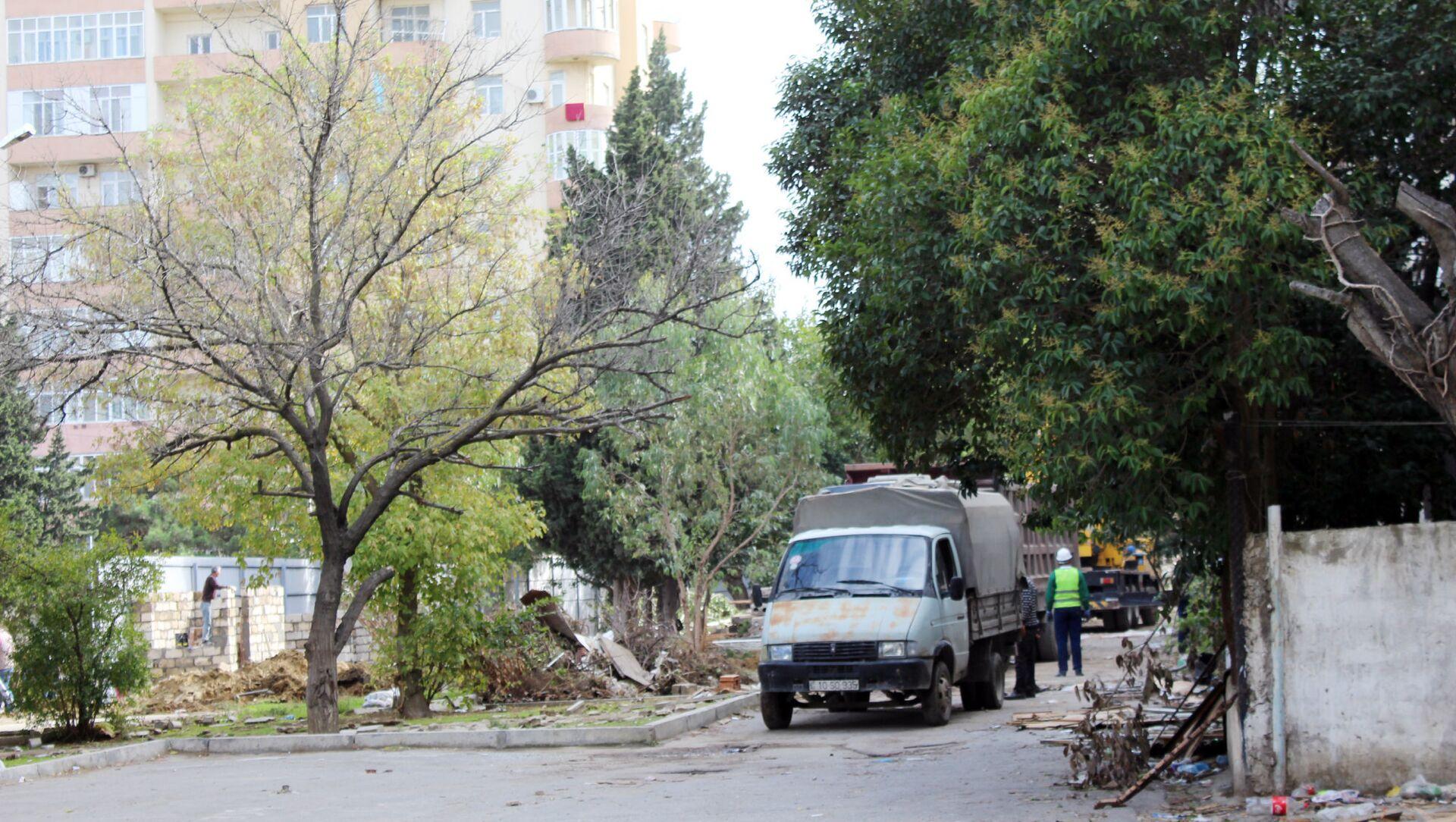 Вырубка деревьев возле станции метро Иншаатчылар по улице Шарифзаде, 162 - Sputnik Азербайджан, 1920, 02.03.2021