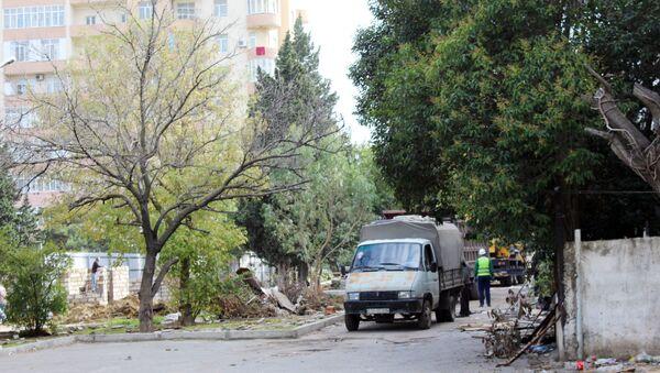 Вырубка деревьев возле станции метро Иншаатчылар по улице Шарифзаде, 162 - Sputnik Азербайджан