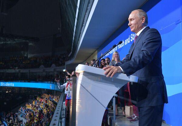 Президент РФ Владимир Путин выступает на торжественной церемонии открытия XIX Всемирного фестиваля молодежи и студентов в Ледовом дворце Большой - Sputnik Азербайджан
