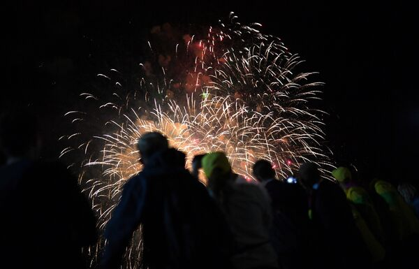 Салют на церемонии открытия XIX Всемирного фестиваля молодежи и студентов в Сочи - Sputnik Азербайджан