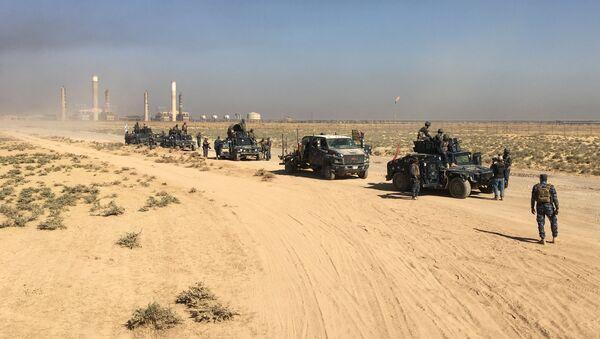 Члены иракских ВС входят на нефтяные месторождения в Киркук, Ирак 16 октября 2017 года - Sputnik Азербайджан