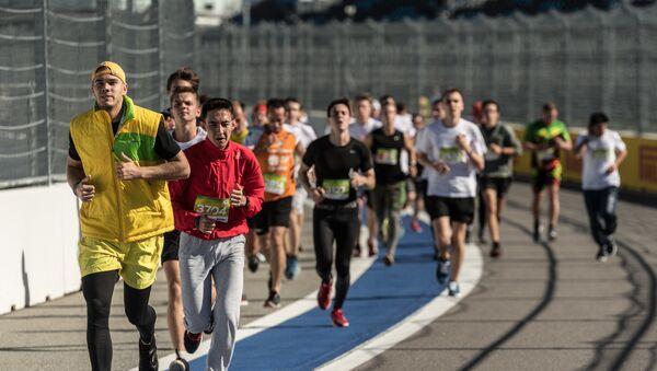 Участники фестивального инклюзивного забега на 2017 метров, проходящего в рамках Всемирного фестиваля молодежи и студентов в Сочи - Sputnik Азербайджан