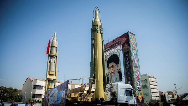 Иранские ракеты рядом с портретом аятоллы Али Хаменеи в Тегеране, 27 сентября 2017 года - Sputnik Азербайджан