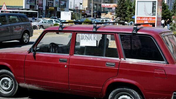 Такси-легковой автомобиль с багажником на крыше, фото из архива - Sputnik Азербайджан