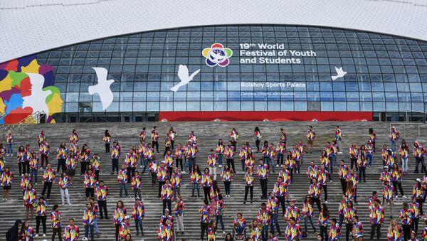 Участники XIX Всемирного фестиваля молодежи и студентов во время танцевального флешмоба у ледового дворца Большой в Сочи - Sputnik Азербайджан