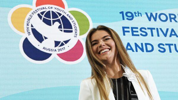 Олимпийская чемпионка по художественной гимнастике, руководитель благотворительного фестиваля художественной гимнастики Алина Алина Кабаева участвует в дискуссионной программе XIX Всемирного фестиваля молодежи и студентов в Сочи - Sputnik Азербайджан