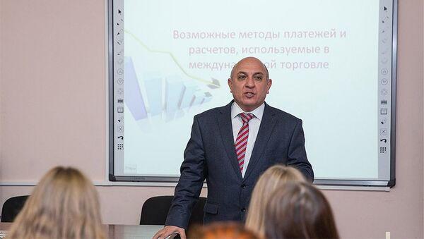UNEC-in professoru Elnur Sadıqov - Sputnik Azərbaycan
