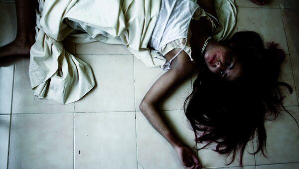Молодая женщина в постели, архивное фото - Sputnik Азербайджан