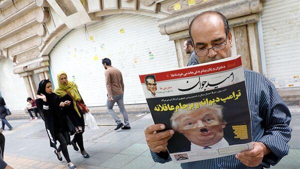 Мужчина читает ежедневную газету на улице Тегерана - Sputnik Азербайджан