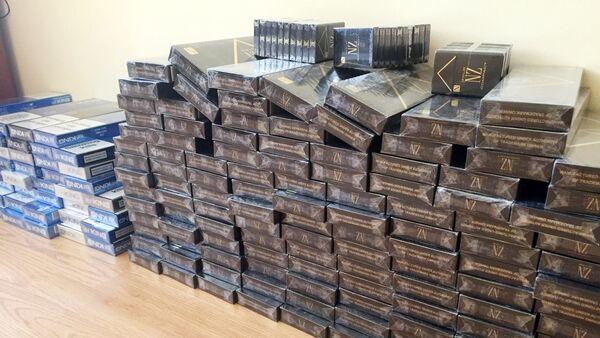 Контрабандные сигареты, изъятые сотрудниками таможенного управления Ширванского района - Sputnik Азербайджан