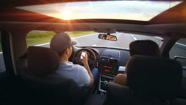Водитель и пассажир в салоне автомобиля, фото из архива - Sputnik Азербайджан