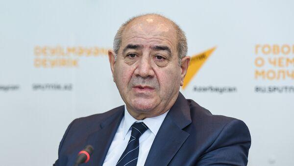Директор Республиканского центра сейсмологической службы НАНА Гурбан Етирмишли в ходе пресс-конференции в Международном мультимедийном пресс-центре Sputnik Азербайджан, 25 октября 2017 года - Sputnik Азербайджан