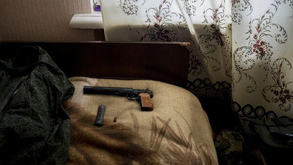 Пистолет Макарова в комнате, фото из архива - Sputnik Азербайджан