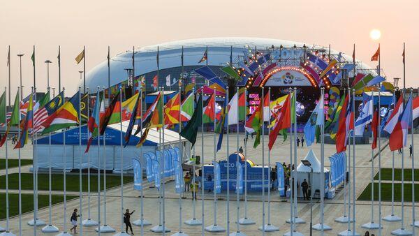Флаги стран участниц XIX Всемирного фестиваля молодежи и студентов в Олимпийском парке в Сочи - Sputnik Азербайджан
