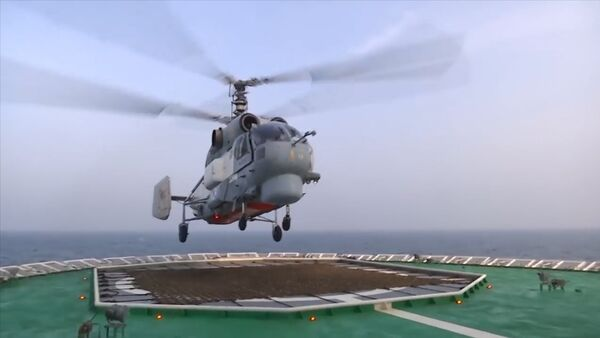 Посадка вертолета Ка-27 на палубу ледокола Илья Муромец - Sputnik Азербайджан