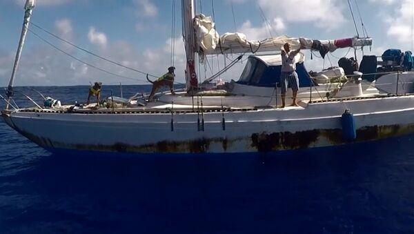 Спасение американок, пять месяцев дрейфовавших на яхте в Тихом океане - Sputnik Азербайджан