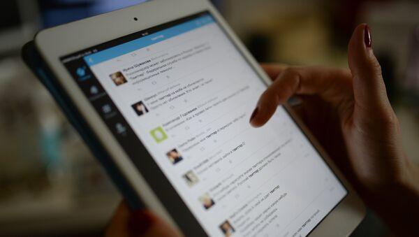Страница сайта Twitter на экране планшетного компьютера - Sputnik Азербайджан