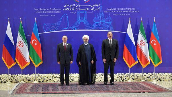 Президент РФ Владимир Путин, президент Ирана Хасан Рухани и президент Азербайджана Ильхам Алиев (слева направо) во время церемонии фотографирования перед началом встречи в Тегеране - Sputnik Azərbaycan