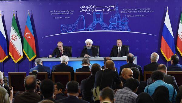 Президент Азербайджанской Республики Ильхам Алиев, Президент Исламской Республики Иран Хасан Роухани и Президент Российской Федерации Владимир Путин (справа налево) - Sputnik Азербайджан