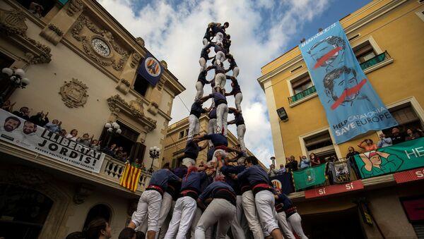 Возведение башни из людей во время Дня всех святых в городе Вилафранка-дель-Пенедес, недалеко от Барселоны, Испания - Sputnik Азербайджан