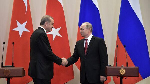 Президент РФ Владимир Путин и президент Турции Реджеп Тайип Эрдоган во время совместной пресс-конференции по итогам встречи - Sputnik Азербайджан
