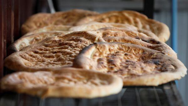 Хлеб, испеченный в тандыре, архивное фото - Sputnik Азербайджан