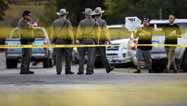 Сотрудники правоохранительных органов США на месте стрельбы у церкви Сатерленд Спрингс в Техасе, 5 ноября 2017 год - Sputnik Azərbaycan