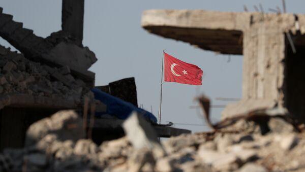 Руины на турецко-сирийской границе на фоне флага Турции, 11 октября 2017 года - Sputnik Азербайджан