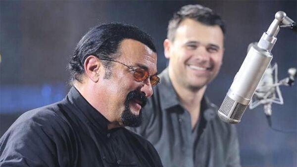 Известный певец Эмин Агаларов исполнил дуэт с американской звездой Стивеном Сигалом - Sputnik Азербайджан