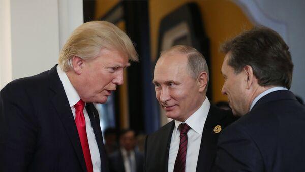 Президент РФ Владимир Путин и президент США Дональд Трамп в перерыве рабочего заседания лидеров экономик форума Азиатско-Тихоокеанского экономического сотрудничества (АТЭС) - Sputnik Азербайджан