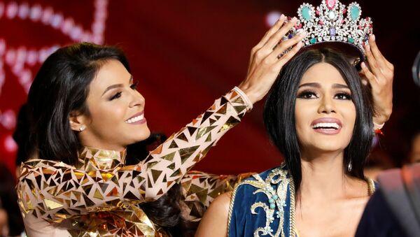 Мисс Венесуэла 2016 Кейси Саяго надевает корону на голову Мисс Венесуэлы 2017 Стефани Гутиерез - Sputnik Азербайджан