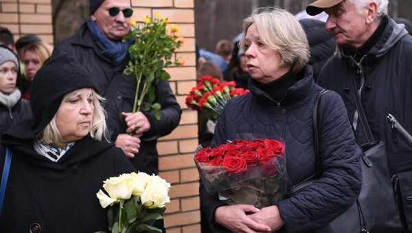 Люди у клиники Медси в Московской области, пришедшие проститься с сатириком Михаилом Задорновым - Sputnik Азербайджан