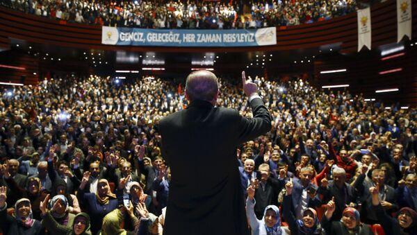 Президент Турции Реджеп Тайип Эрдоган перед сторонниками в Конье, Турция - Sputnik Азербайджан