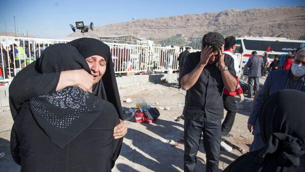 Люди после землетрясения в округе Сарпол-и Захаб в Керманшахе, Иран, 13 ноября 2017 года - Sputnik Азербайджан