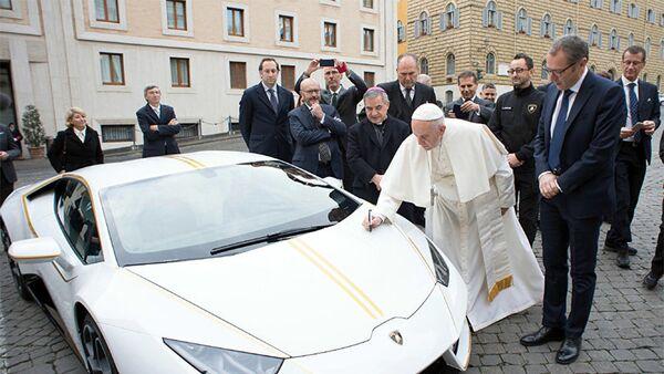 Lamborghini преподнесла в дар папе Римскому Франциску уникальный экземпляр спортивного автомобиля модели Huracan - Sputnik Азербайджан