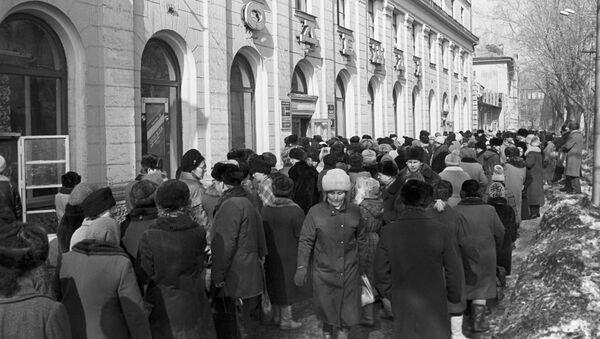Очередь у магазина Одежда в городе Прокопьевск, Кемеровская область, Россия, 20 марта 1991 года - Sputnik Азербайджан