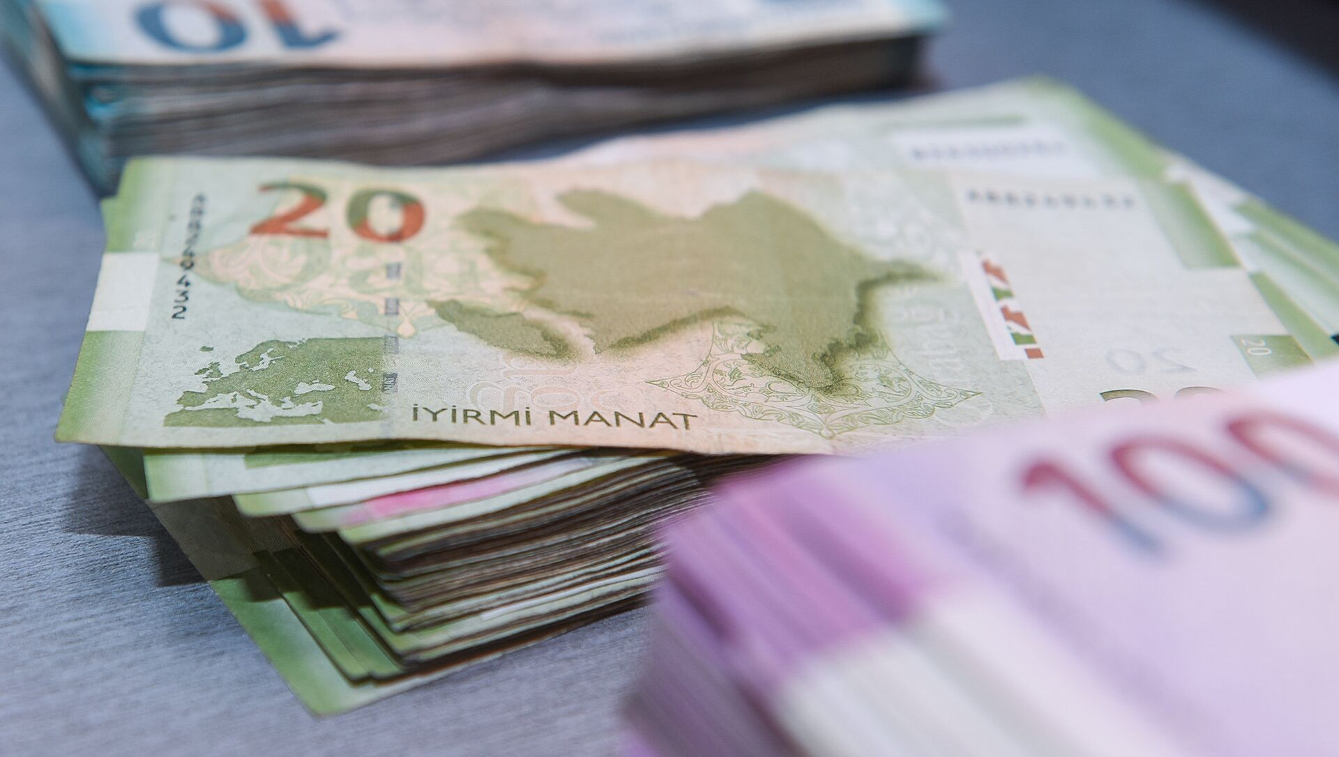 Деньги, азербайджанские манаты, банкноты - Sputnik Азербайджан, 1920, 12.02.2021