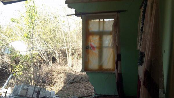 Разрушенный в результате землетрясения частный дом жительницы села Учоглан Агдамского района Захры Сафаровой - Sputnik Азербайджан