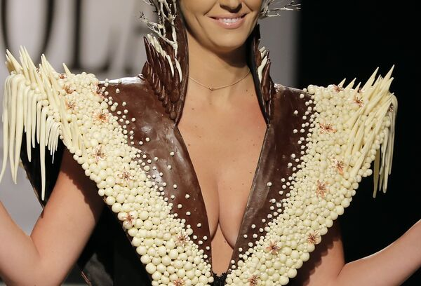 Модель в наряде из шоколада на кулинарном фестивале в Бейруте - Sputnik Азербайджан