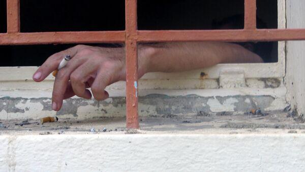 Заключенный с сигаретой, фото из архива - Sputnik Азербайджан