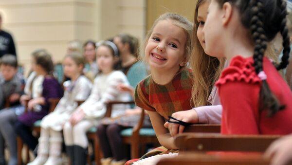 Дети в зрительном зале театра, фото из архива - Sputnik Азербайджан