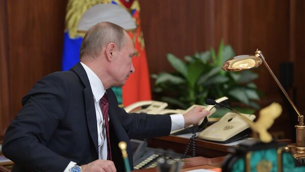 Президент РФ Владимир Путин после телефонного разговора, фото из архива - Sputnik Азербайджан