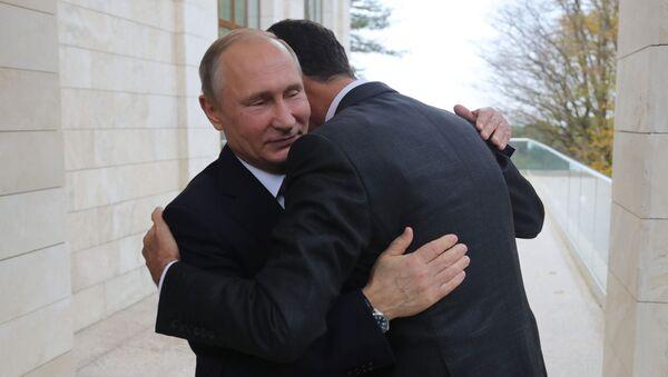 Президент РФ Владимир Путин и президент Сирии Башар Асад (справа) во время встречи - Sputnik Azərbaycan