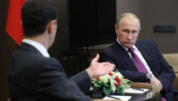 Президент РФ Владимир Путин и президент Сирии Башар Асад (слева) во время встречи - Sputnik Азербайджан