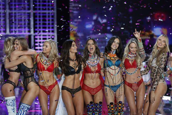 Модели после окончания шоу Victoria's Secret в Шанхае, Китай - Sputnik Азербайджан