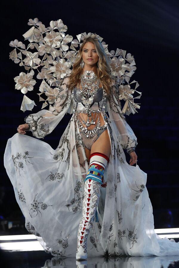 Модель Марта Хант во время шоу Victoria's Secret в Шанхае, Китай - Sputnik Азербайджан