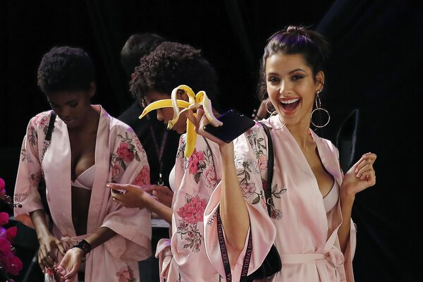 Модели до начала шоу Victoria's Secret в Шанхае, Китай - Sputnik Азербайджан